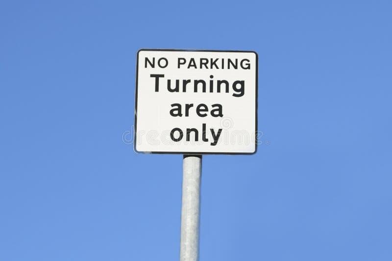 Única muestra de torneado del estacionamiento prohibido del área contra el cielo azul imagen de archivo libre de regalías