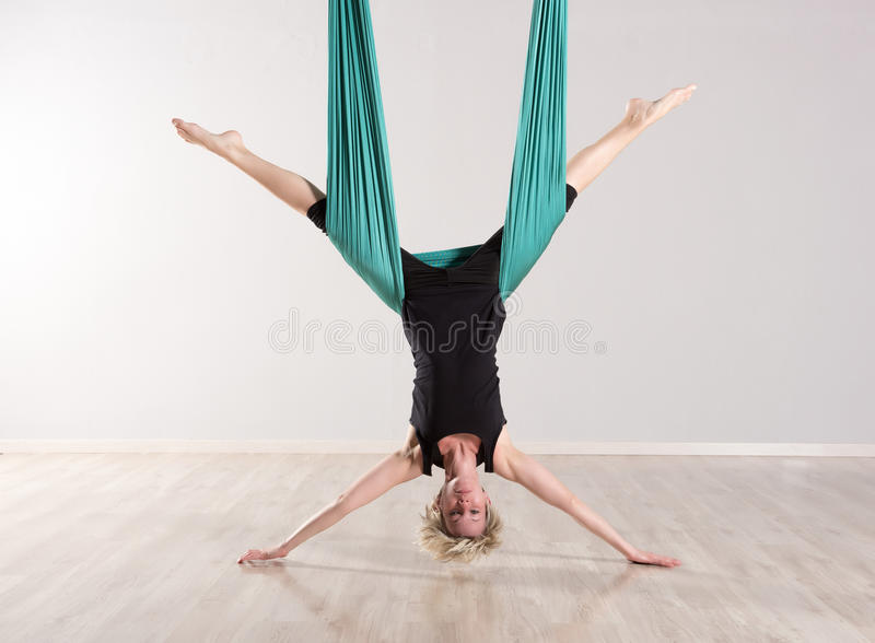 Única mulher de cabeça para baixo que faz separações aéreas da ioga fotos de stock royalty free