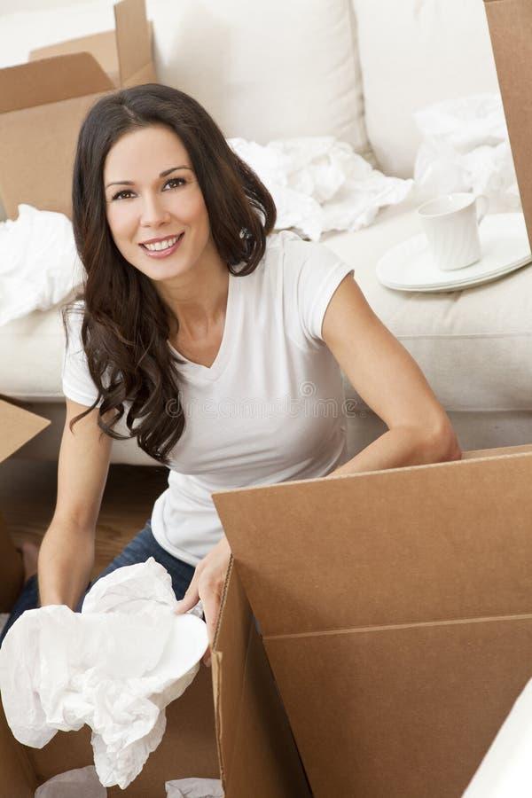 Única mulher que desembala as caixas que movem a casa imagens de stock royalty free
