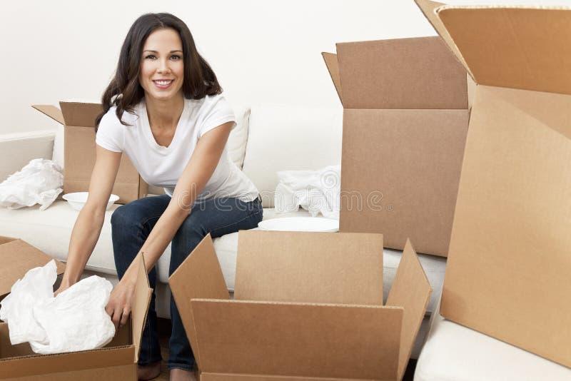 Única mulher que desembala as caixas que movem a casa imagens de stock