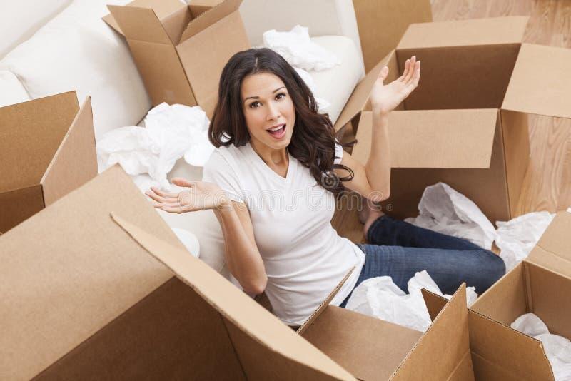 Única mulher que desembala as caixas que movem a casa fotografia de stock