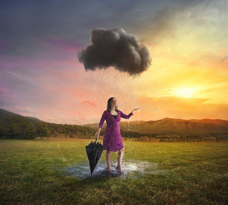 Única nuvem que chove em uma mulher fotografia de stock