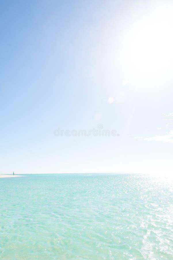 Única pessoa na lagoa remota da praia do paraíso fotos de stock royalty free