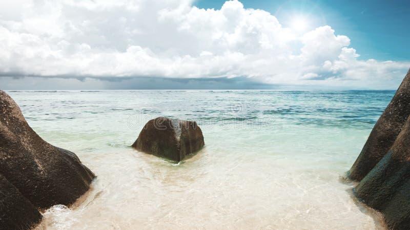 Única rocha de pedra no mar sob o sol Fundo vazio do mar e da praia com espaço da cópia, exposição longa, movimento do borrão foto de stock royalty free