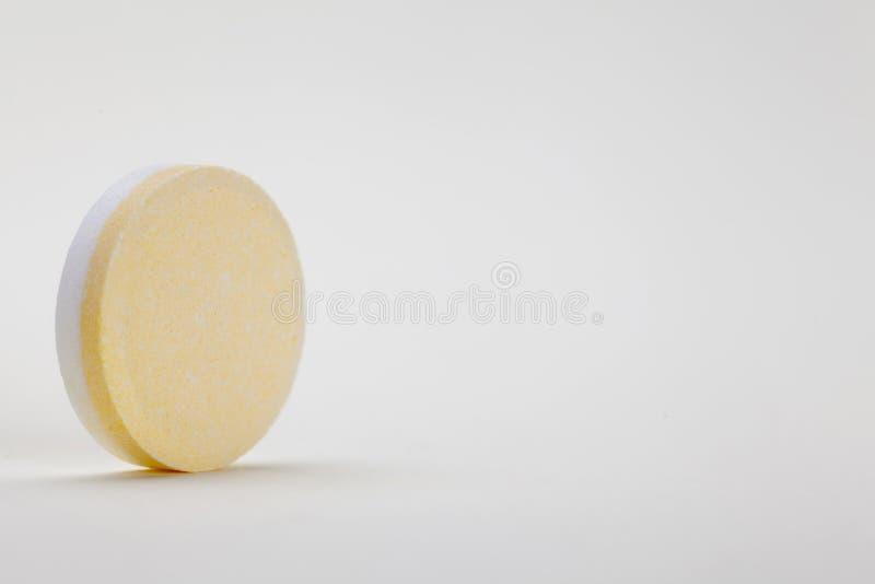 Download Única Tabuleta No Fundo Branco Imagem de Stock - Imagem de pill, amarelo: 29835097