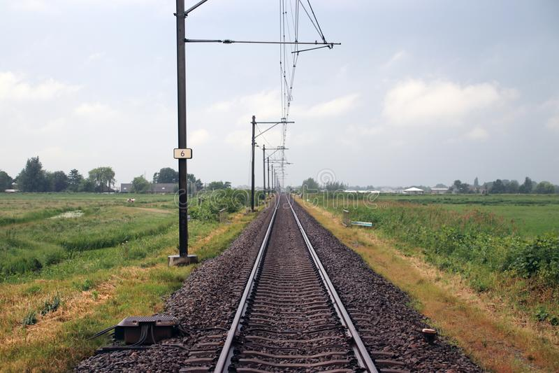 Única trilha de estrada de ferro entre o antro aan Rijn e Bodegraven de Alphen que é conhecido pelo lote do atraso fotos de stock