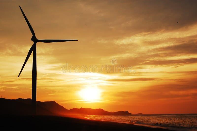 Única turbina de vento no sunse fotos de stock