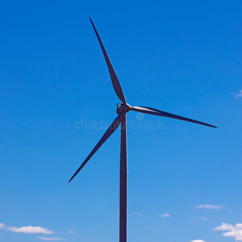 Única turbina eólica e céu azul fotos de stock