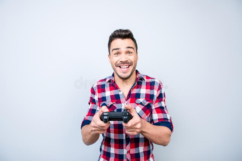 Única vida do ` s do homem O indivíduo triguenho novo alegre está jogando jogos dentro imagens de stock royalty free