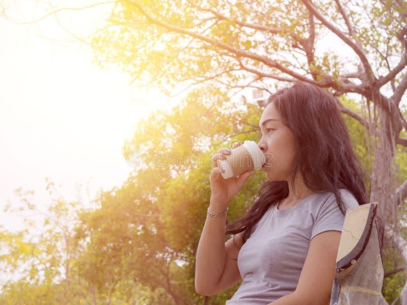 Única xícara de café 1 do papel da posse da mulher fotografia de stock royalty free