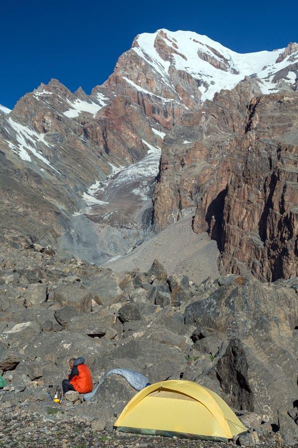 Único acampamento alpino do montanhista na manhã imagens de stock royalty free
