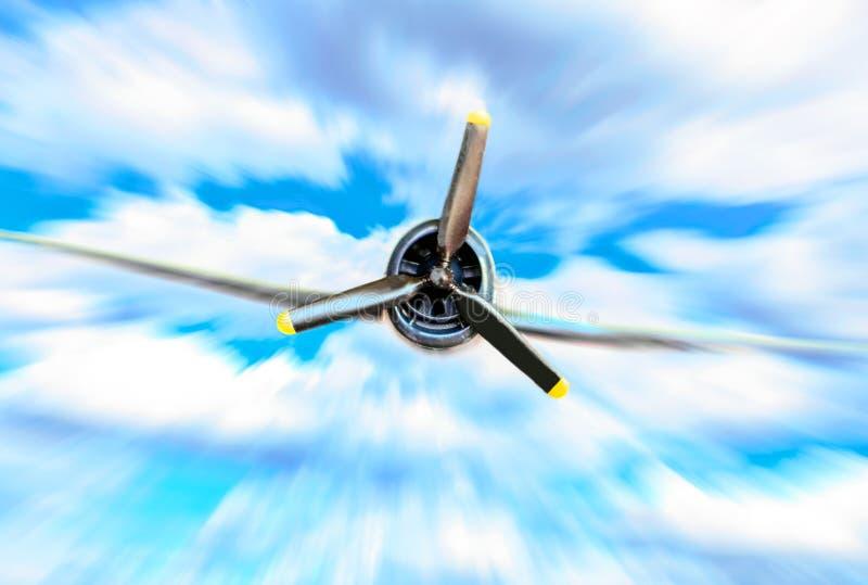 Único avião de combate da hélice contra o céu azul no borrão de movimento foto de stock royalty free