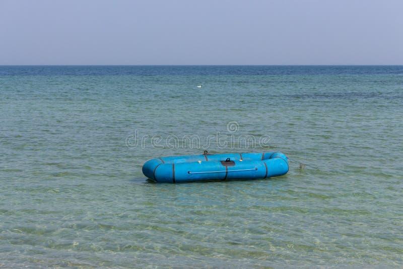 Único barco de borracha azul no mar azul Conceito tropical das férias Embarcação de borracha isolada Fundo do Seascape imagens de stock