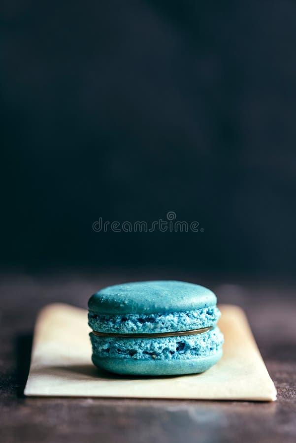 Único bolinho de amêndoa azul fotografia de stock
