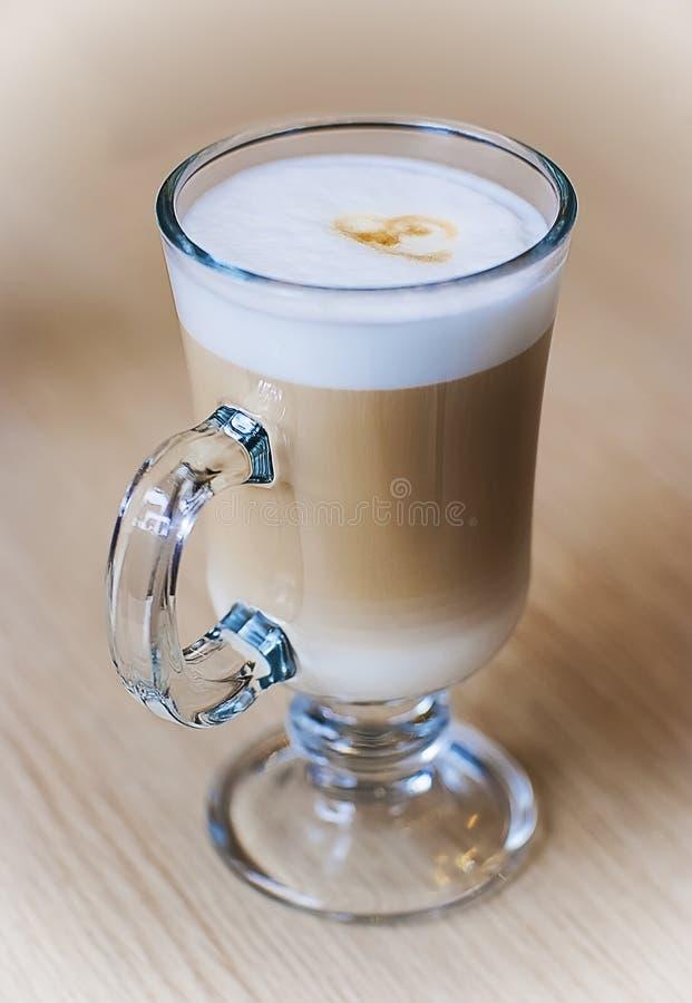 Único cofee leitoso do Latte em uma superfície de madeira clara foto de stock royalty free
