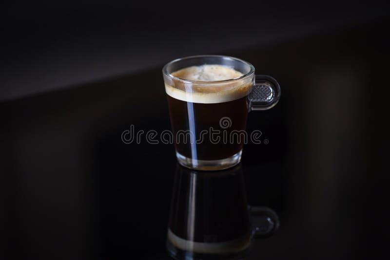 Único copo de vidro do cappuccino na tabela lustrosa fotografia de stock royalty free