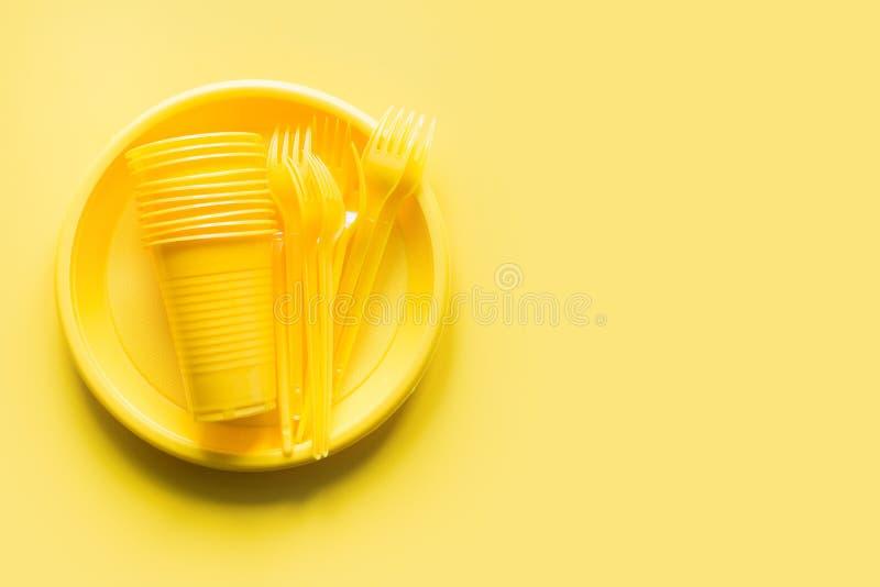 Único copo dos utensílios do piquenique do uso, forquilha, placa no amarelo O ambiente, eco amigável, plástico, lixo para recicla fotos de stock
