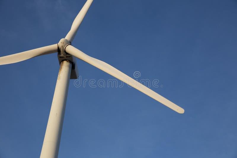 Único da turbina eólica fim acima imagens de stock royalty free