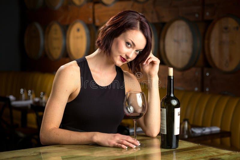 Único fêmea apenas do restaurante da barra do vinho na namoradeira sedutor 'sexy' bebendo apenas imagens de stock