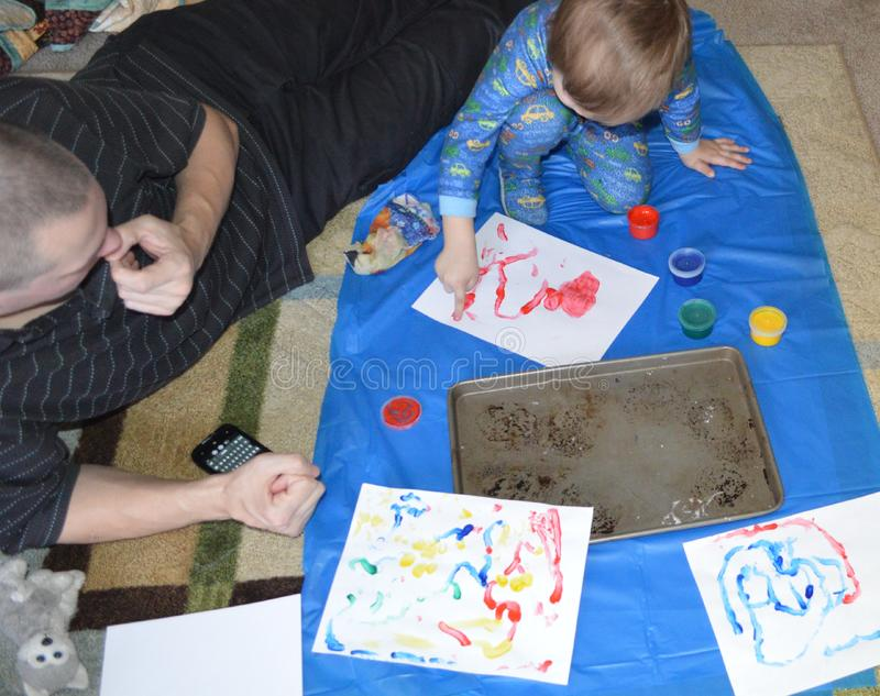 Único paizinho e filho que fingerpainting 1 foto de stock