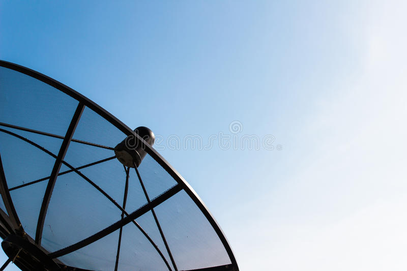 Único prato satélite velho com o céu azul crepuscular imagens de stock royalty free