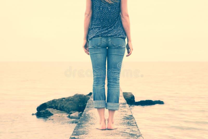Único suporte da mulher no cais concreto foto de stock royalty free