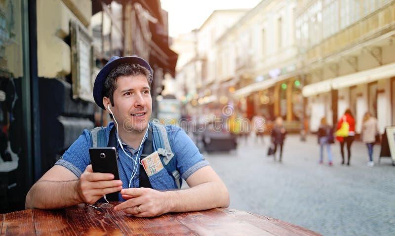 Único turista nas ruas da cidade velha Conversa video no telefone esperto fotos de stock royalty free
