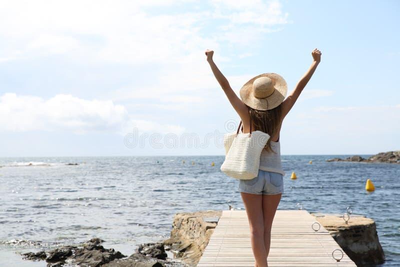 Único turista que aumenta os braços no verão na praia foto de stock royalty free