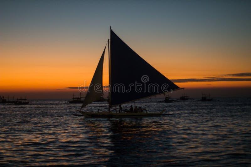 Único veleiro no por do sol bonito fotos de stock