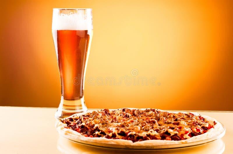 Único vidro da cerveja e da pizza foto de stock royalty free