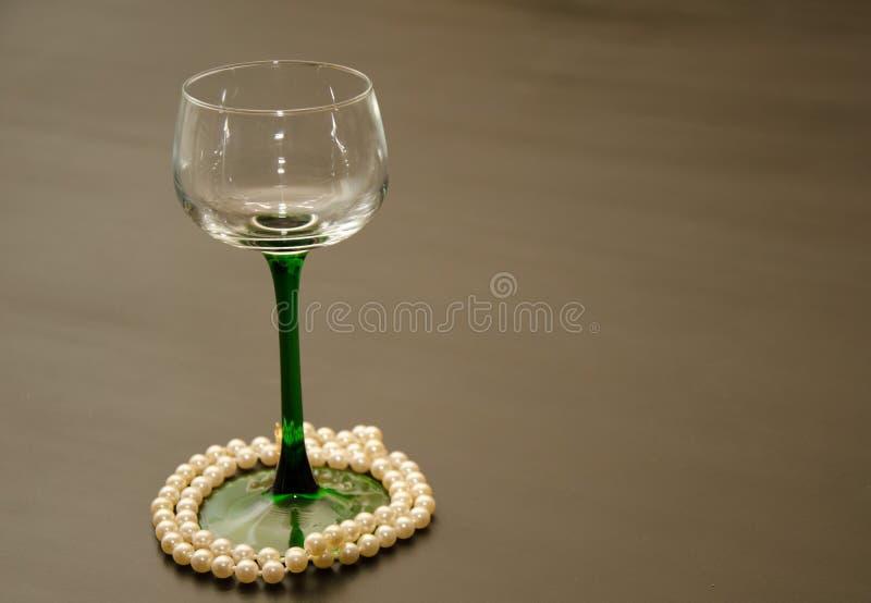 Único vidro de vinho provindo verde com acentos da pérola foto de stock royalty free