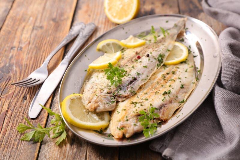 Únicos peixes cozinhados com erva foto de stock