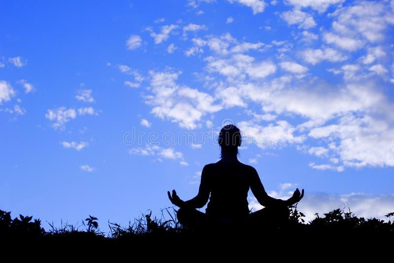 Übende Haltung der Yogafrau, Schattenbild stockfotos