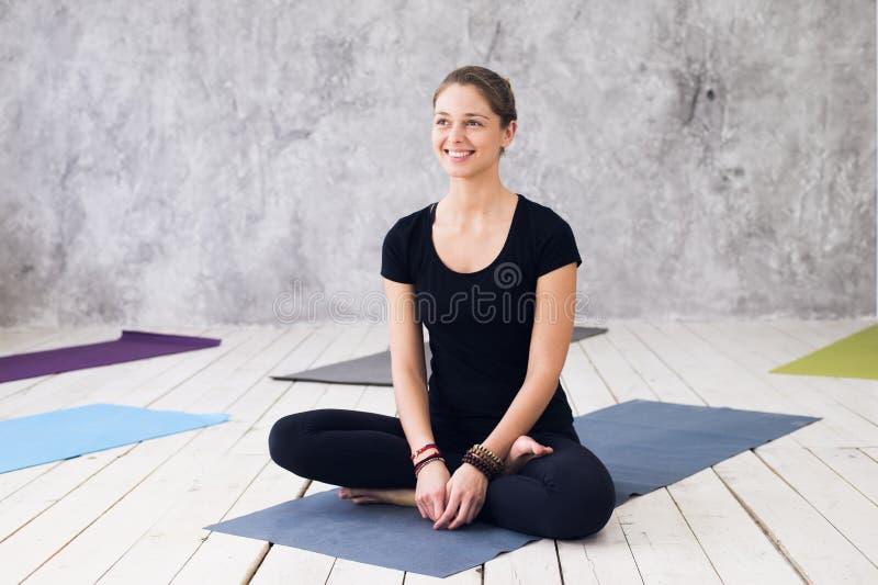 Übende Meditation der Frau an einem Yogastudio lizenzfreie stockbilder