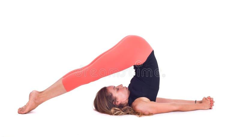 Übende Yogaübungen/Pflug werfen - Halasana auf lizenzfreies stockfoto