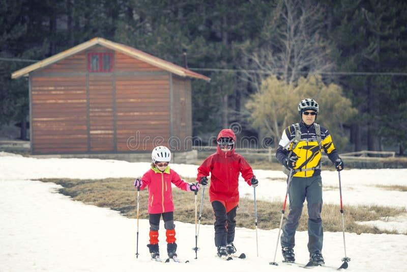 Übender Skilanglauf der Familie Der Vulkan der Ätna, Sizilien Italien stockfoto