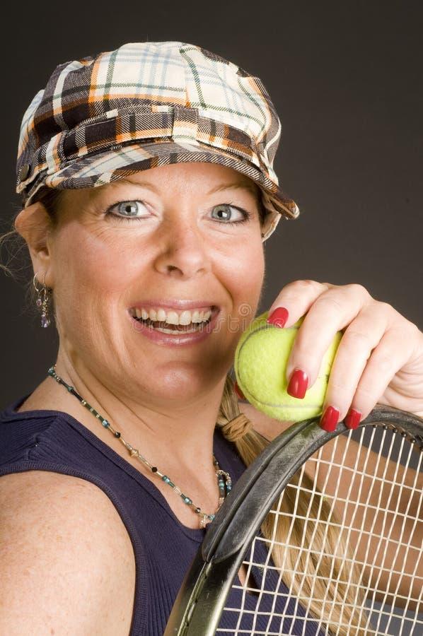 Übender Tennisanschlag der Frau stockbilder