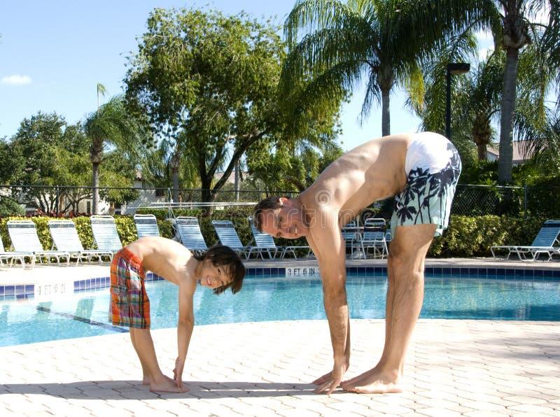 Übender Yoga Poolside stockbild