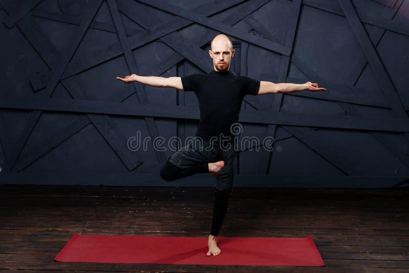 Übendes modernes Yoga des Mannes Eine Reihe Yogahaltungen Getrennt auf Weiß stockbild
