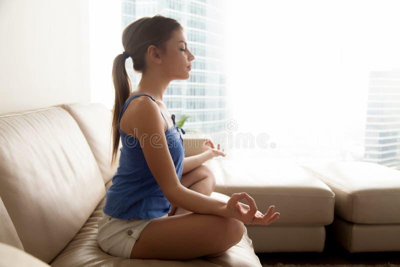 Übendes Yoga Dame und zu Hause sich entspannen lizenzfreies stockfoto