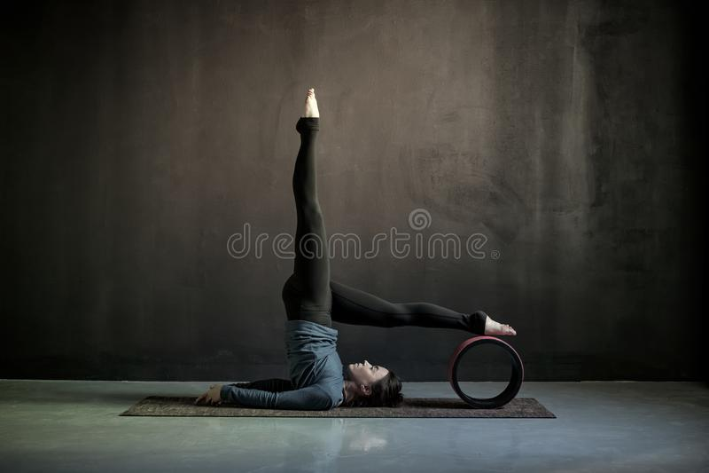 Übendes Yoga der Frau, Übung Salamba Sarvangasana tuend lizenzfreies stockbild