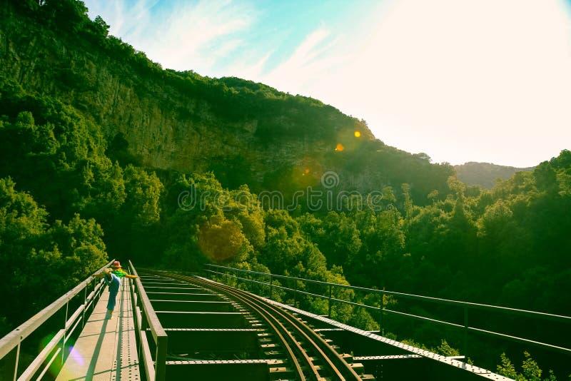 Übendes Yoga der Frau auf Bahnbrücke lizenzfreies stockfoto