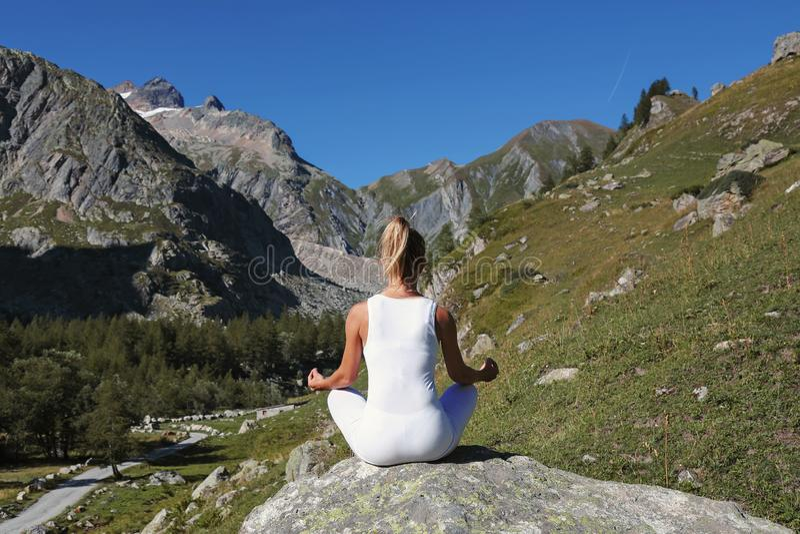 Übendes Yoga der Frau in Lotussitz stockfoto