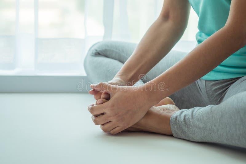 Übendes Yoga der Frau, sitzend in der Schmetterlingslage lizenzfreies stockbild