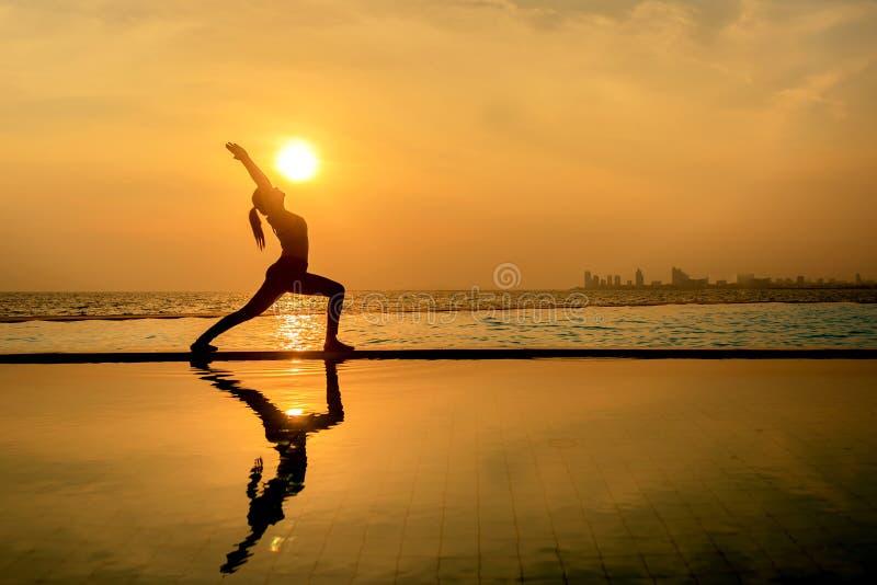Übendes Yoga der gesunden Frau des Schattenbildlebensstils lizenzfreie stockfotos