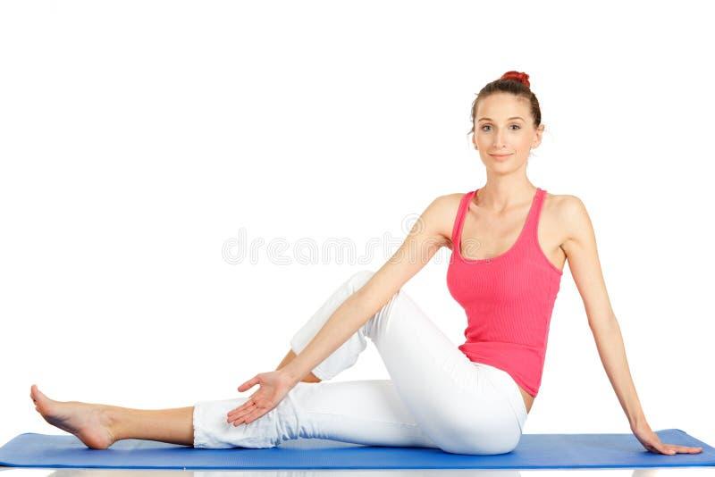Übendes Yoga der jungen Eignungfrau lizenzfreie stockbilder