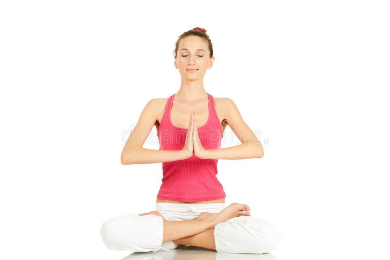 Übendes Yoga der jungen Eignungfrau stockbild