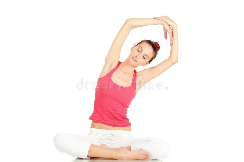 Übendes Yoga der jungen Eignungfrau stockbilder