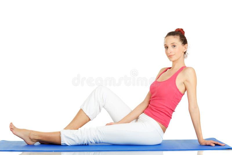 Übendes Yoga der jungen Eignungfrau lizenzfreies stockbild
