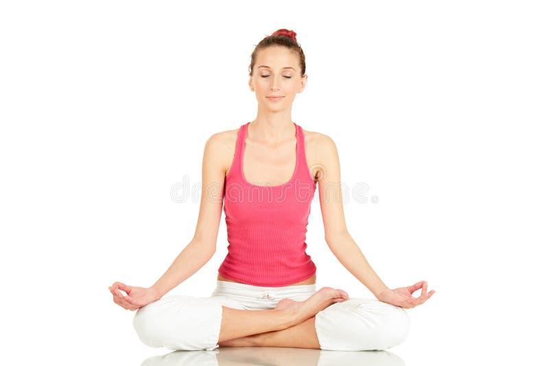 Übendes Yoga der jungen Eignungfrau lizenzfreie stockfotos